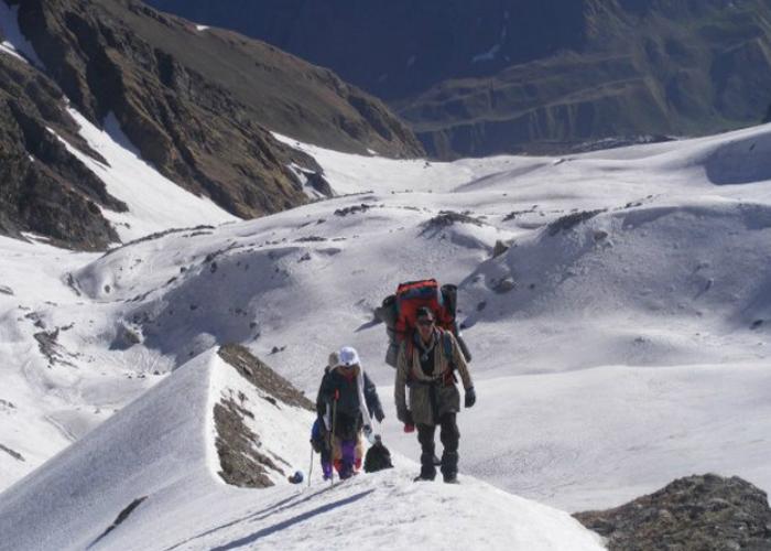 2 people walking on bali pass trail