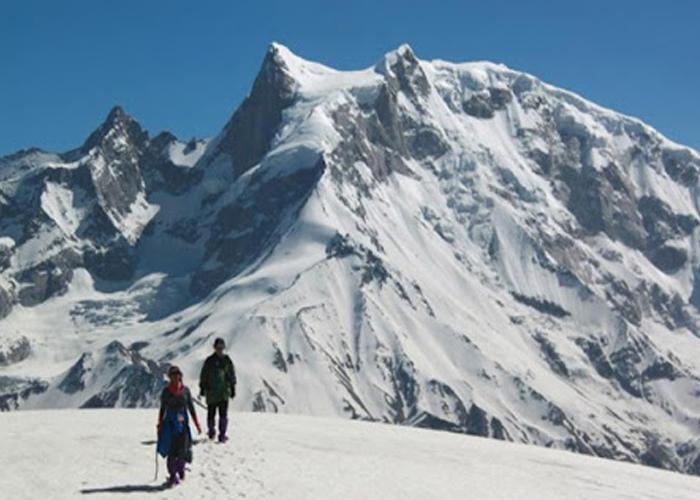A man an woman at bali pass trek