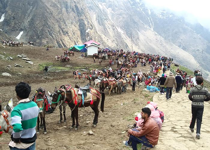 People in Kedarnath Yatra during may